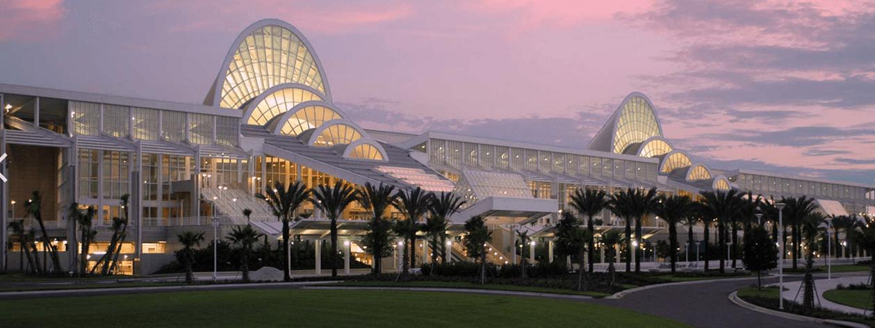 Orlando Convention Center bei Sonnenuntergang.