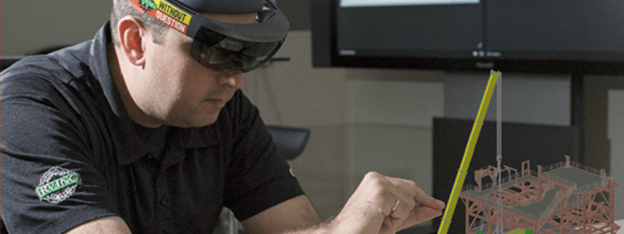 戴着 HoloLens 耳机的男人在 AR 模型上工作。